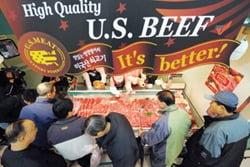 지난 2008년 미국산 수입쇠고기 할인마트 판매가 시작된 후 고객들이 오픈과 동시에 정육코너에서 소고기를 고르고 있다. 한경DB.