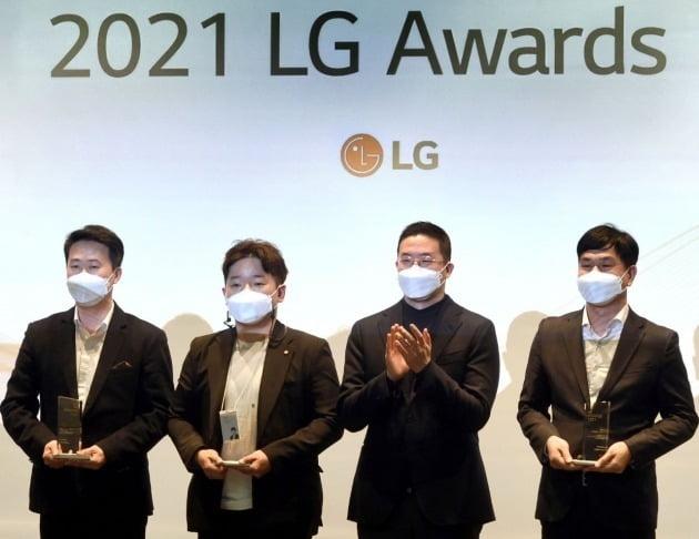 구광모 LG그룹 회장(오른쪽에서 두 번째)이 3월 30일 서울 마곡 LG사이언스파크에서 열린 'LG 어워즈'에서 일등 LG상 수상자들과 기념 촬영을 하고 있다. /LG 제공