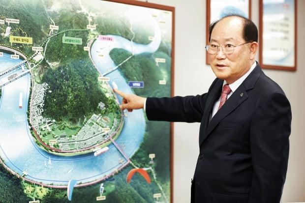 류한우 군수가 체류형 관광 도시 단양의 미래 100년을 그린 관광 계획 조감도 앞에서 미래의 단양을 이야기하고 있다.