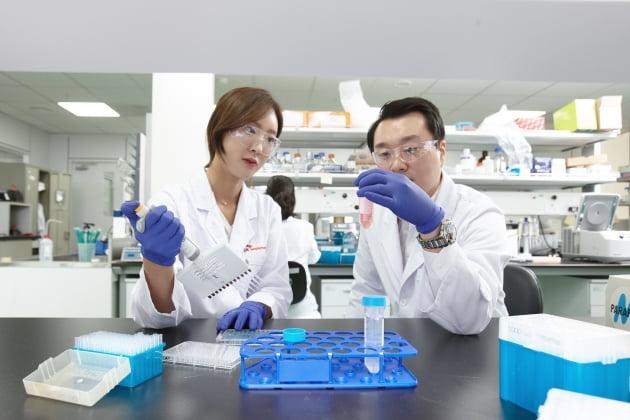 (사진) SK바이오팜 연구원들이 실험을 진행하고 있다. /SK바이오팜 제공