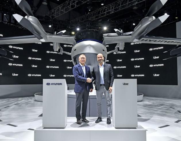 (사진) 정의선 현대자동차그룹 회장(왼쪽)과 다라 코스로샤히 우버 CEO가 2020년 1월 7일 미국 라스베가스에서 개막한 'CES 2020' 현대차 전시관 내 실물 크기의 개인용 비행체(PAV) 콘셉트 'S-A1' 앞에서 기념 촬영을 하고 있다. /현대자동차 제공
