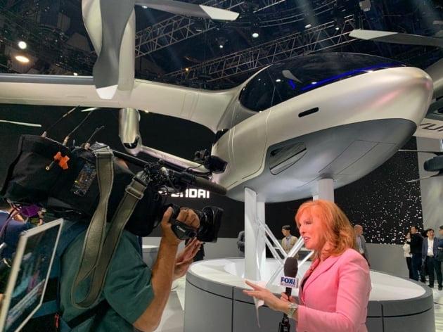 (사진) 'CES 2020' 현대차 전시관 내 개인용 비행체(PAV) 콘셉트 'S-A1' 앞에서 외신들이 취재를 진행하고 있다. /연합뉴스
