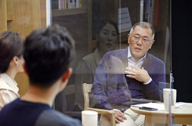 정의선 현대차그룹 회장이 3월 16일 온라인으로 열린 타운홀 미팅에서 직원들의 질문에 답변하고 있다. /현대차그룹 제공