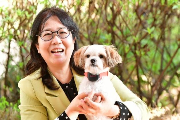 장윤옥 대표가 펫펄스를 목에 착용한 강아지를 안고 환하게 웃음을 짓고 있다. [사진=이승재기자 fotoleesj@hankyung.com]