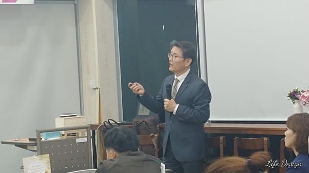50+세대를 위해 강의를 하고 있는 이봉준 컨설턴트.사진 제공=이봉준 씨