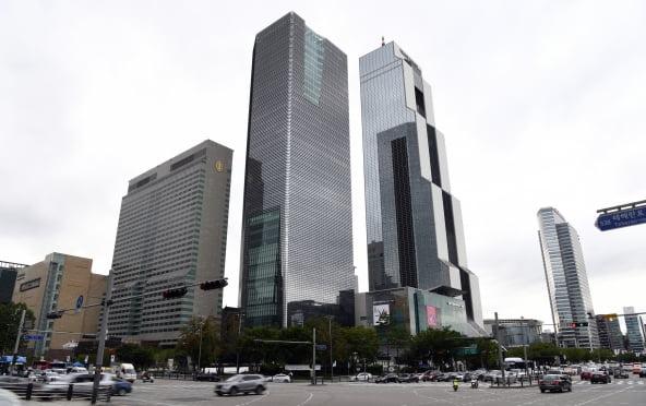 삼성동 그랜드 인터컨티넨탈 호텔 서울 파르나스(왼쪽 건물)와 파르나스 타워(가운데 건물).