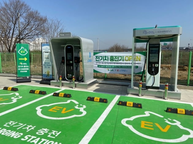 에쓰오일이 직영 파주 운정드림 주유소·충전소에서 전기차 충전 서비스를 시작했다. 이곳에서는 휘발유 등 기름과 LPG, 전기까지 모두 공급한다. /에쓰오일 제공