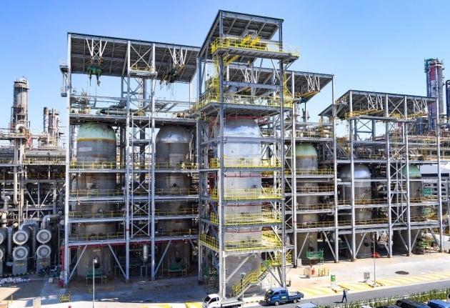 에쓰오일이 울산공장에서 가동 중인 잔사유 수소 첨가 탈황시설(RHDS)은 생산 제품의 대기오염 물질 배출량을 줄이는 친환경 시설이다. /에쓰오일 제공