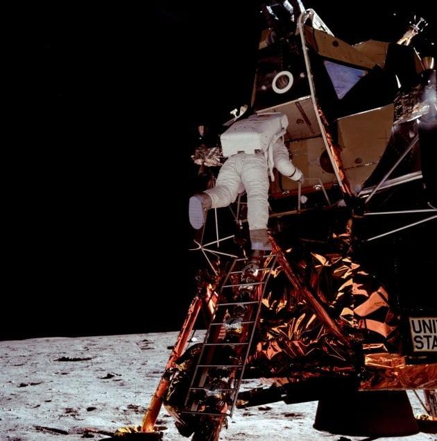 달 표면에 첫발을 내딛기 직전의 버즈 올드린.