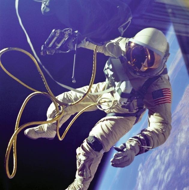 1965년 우주 유영을 시도한 최초의 미국인 에드워드 화이트는 3세대 스피드마스터 ST 105.003을 착용했다.