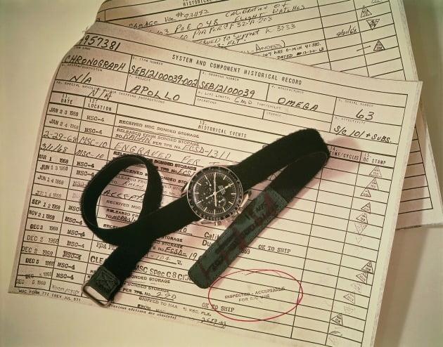 승인 문서 위에 놓인 프랭크 보먼의 스피드마스터.