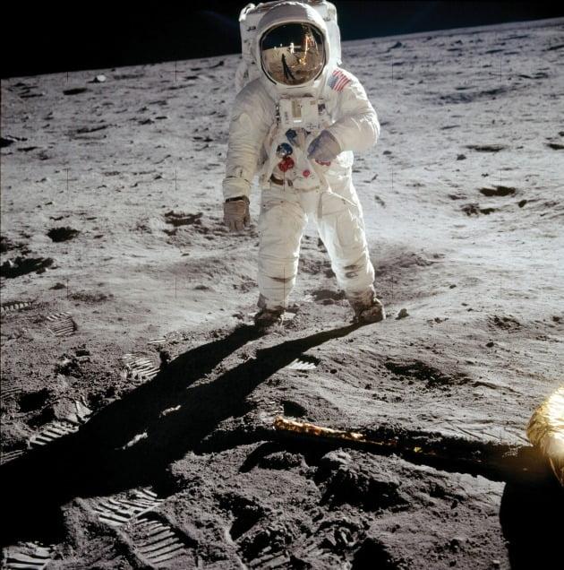 닐 암스트롱이 촬영한 버즈 올드린. 1969년 인류 역사상 최초로 달에 도착함과 동시에 스피드마스터 역시 달에 도착한 최초의 시계가 됐다.