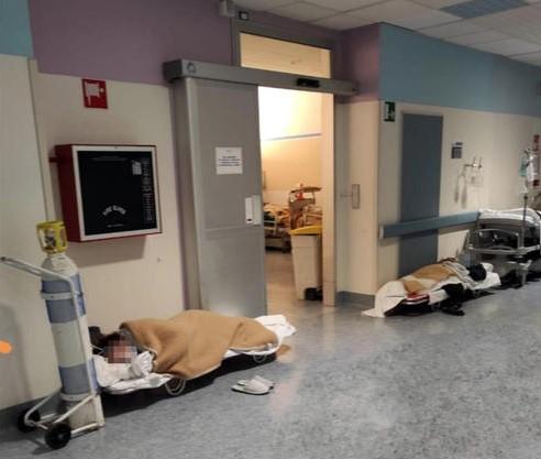바닥난 병상…병원 비상계단서 치료받는 이탈리아 코로나 환자들