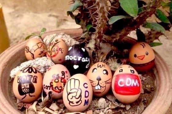 미얀마 시민들 부활절 계란에 '反군부' 메시지…저항의지 다져