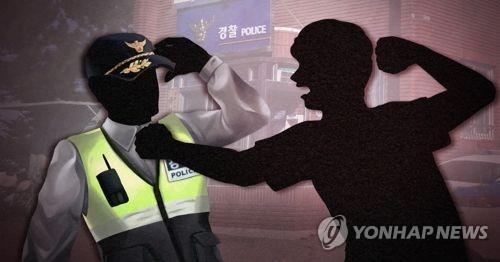 '민원처리 불만' 경찰관 때리고 알몸 행패 60대 입건