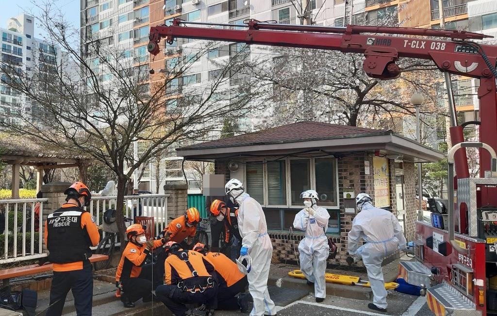 아파트 단지 청소하던 70대…7m 아래 배수로 추락해 부상