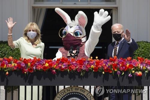 백악관 브리핑룸 '부활절토끼' 깜짝등장…바이든 연설때도 출현