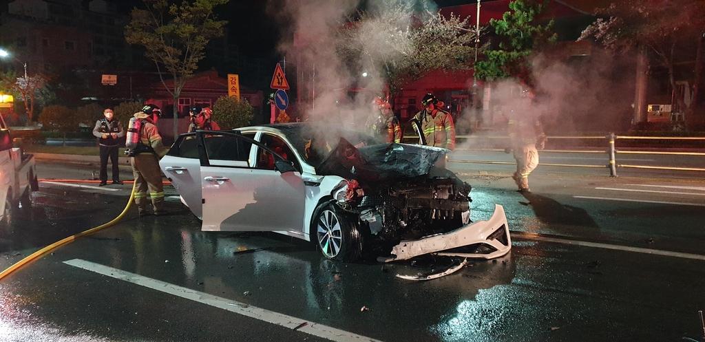 진해서 승용차가 SUV 추돌 뒤 엔진룸 화재, 5명 부상