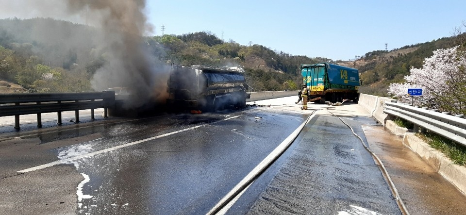 호남고속도로서 우유 이송차량, 트럭 추돌후 화재