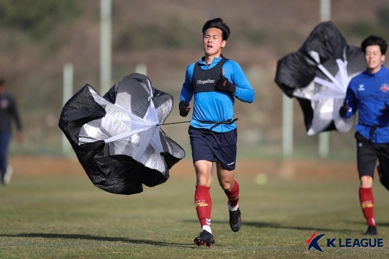 스터드로 상대 가격한 수원FC 정동호, 2경기 출장정지 징계