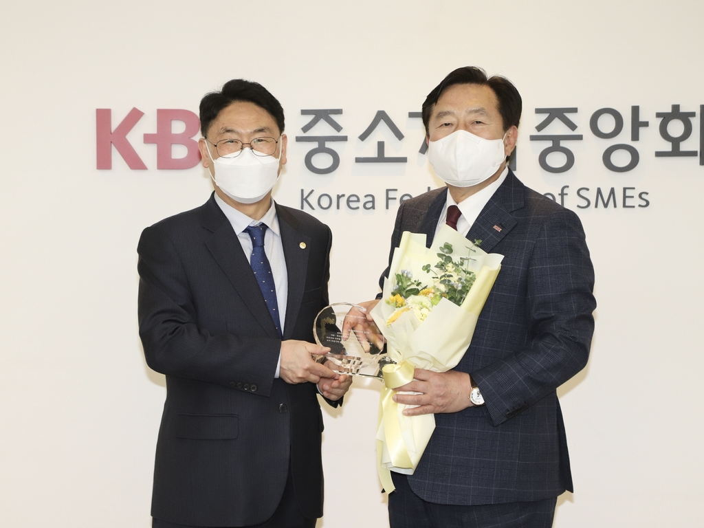 [게시판] 전국지역아동센터협의회, 김기문 중기중앙회장에 감사패
