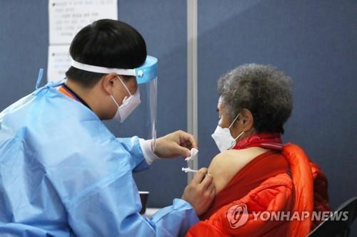 충북 75세 이상 화이자백신 접종 앞당긴다…이달 접종센터 설치
