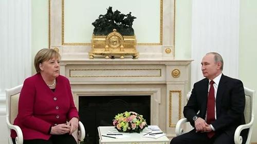 """메르켈, 푸틴에 """"우크라이나 국경에 강화한 병력 철수"""" 촉구(종합)"""