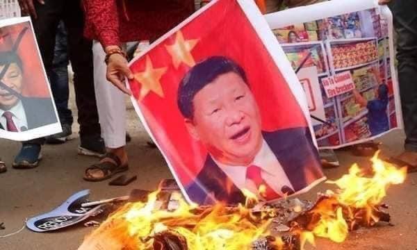 """中국기·시진핑 사진 불태우는 미얀마 시민들…""""일부는 잡혀가"""""""