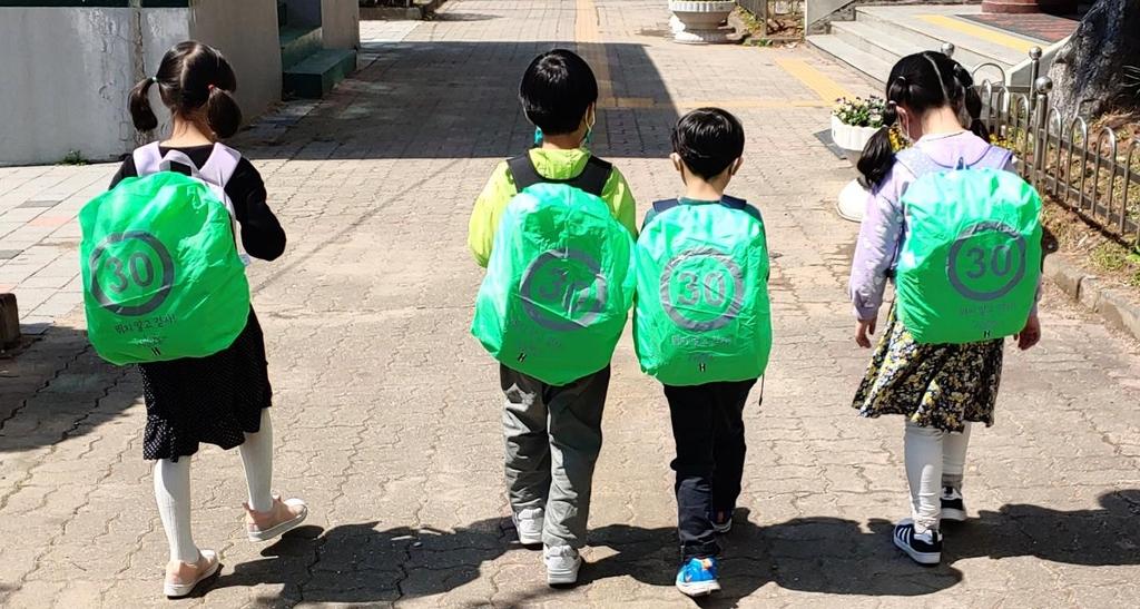 구리시, 초등생 가방 덮개 지원…안전한 등하굣길 조성