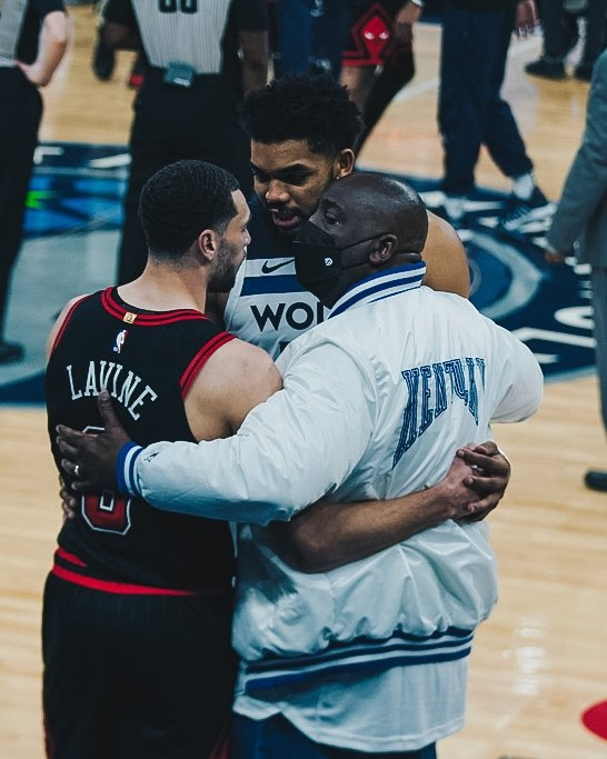 NBA 타운스·라빈의 스포츠맨십…'어머니 추모 경기도 양보없다'