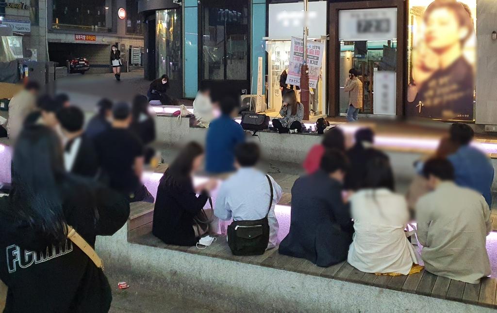 10시 이후 거리로 '우르르'…4차 유행 우려에도 번화가 불야성