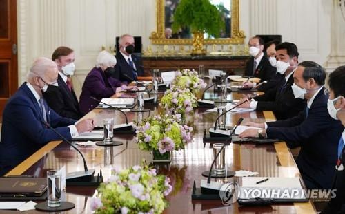 """바이든-스가, 첫 정상회담서 """"인도태평양 협력"""" 이구동성"""