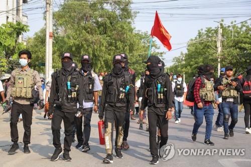 미얀마 시민들 무장봉기하나…사제 무기 들고 주민 구출