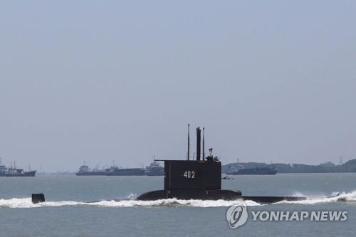 """53명 탑승 인니 잠수함 해저 700m 실종…""""생존 가능성 희박""""(종합)"""