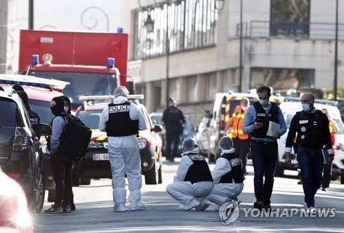 프랑스 경찰서에서 흉기로 경찰 살해…테러에 무게(종합)