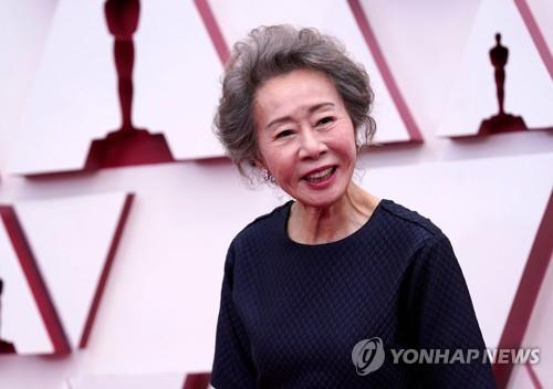 """윤여정, 단아한 드레스 차림으로 레드카펫…""""신나고 이상해""""(종합)"""