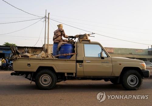 차드 군사평의회, 민간인 총리 지명…야권 반대 시위