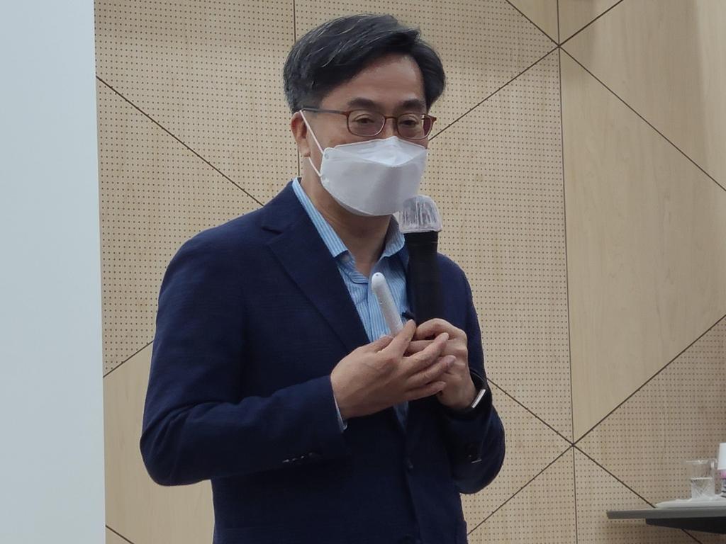"""김동연 전 부총리 """"철 지난 이념 논쟁할 때 아냐…민생이 중요"""""""