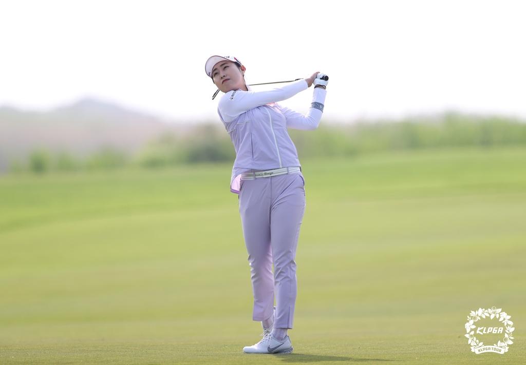 '골프 가족의 힘' 김우정, KLPGA 챔피언십 첫날 8언더파
