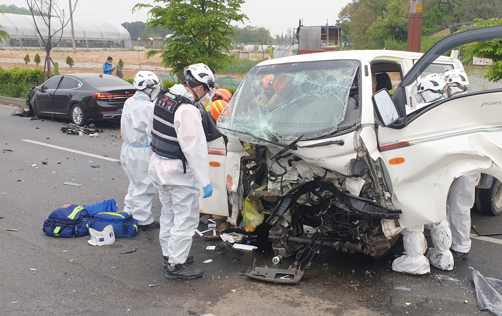 인천 교차로서 화물차-승용차 충돌…3명 중경상