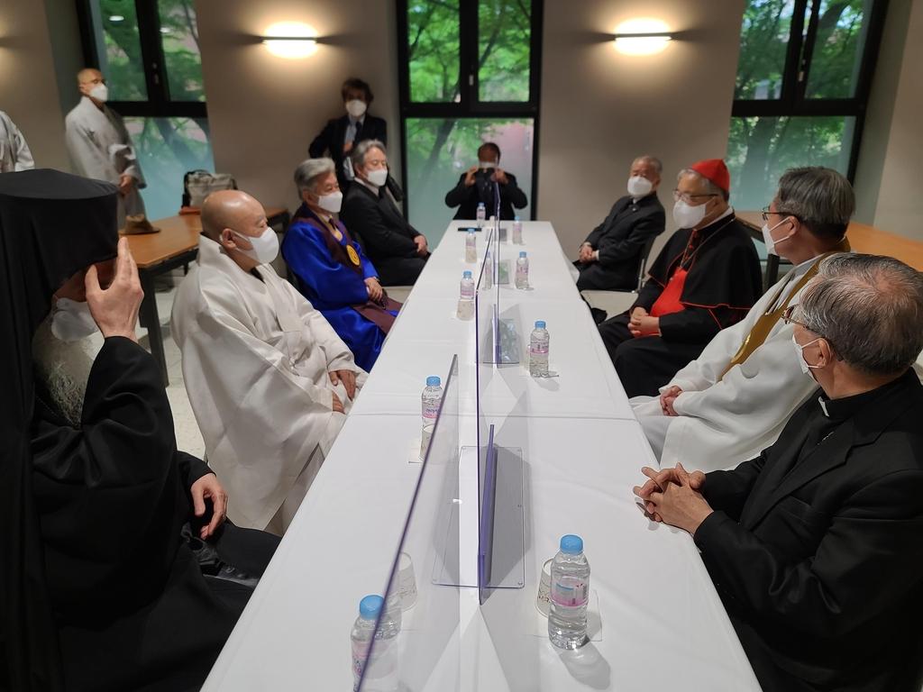 종교 지도자들, 故정진석 추기경 빈소 찾아 단체 조문