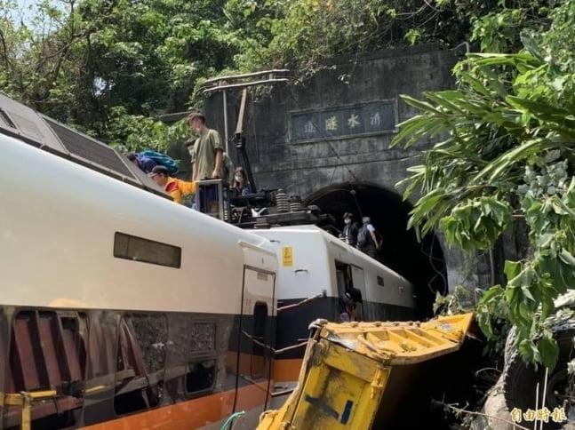 품에 감싼 아내만 남긴 채…대만 열차사고 희생자 51명