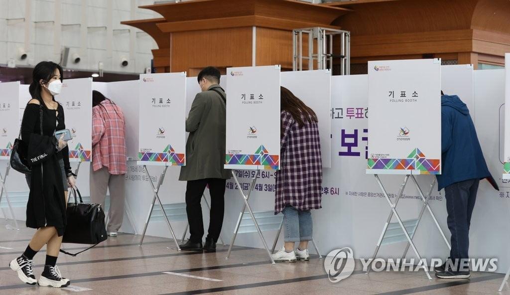전국 21곳 재보선 투표…자정 전후 당선자 윤곽