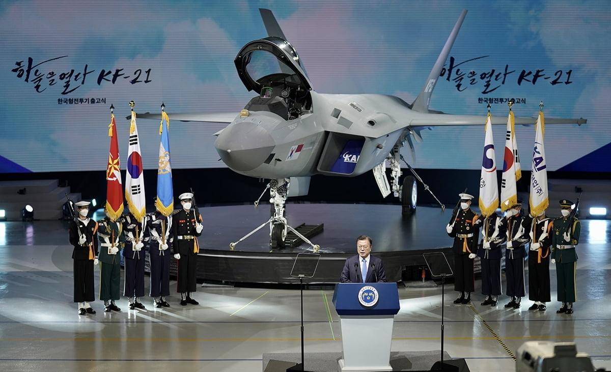문 대통령은 9일 오후 2시 30분 경남 사천 한국항공우주산업 생산공장에서 열린 국산 초음속 전투기 KF-21 `보라매` 시제 1호기 출고식에 참석했다. (청와대 제공)