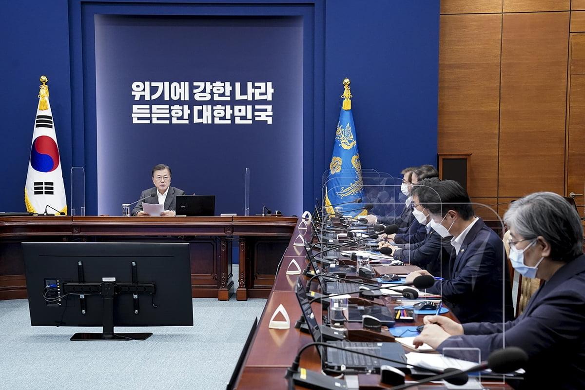 문 대통령은 12일 청와대에서 `코로나19 대응 특별방역 점검 회의`를 주재했다. (청와대 제공)