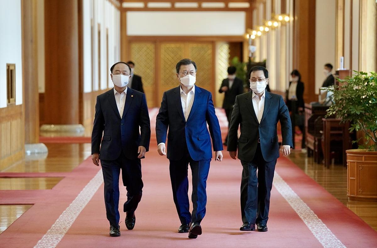문 대통령은 15일 청와대로 기업인들을 초청해 확대경제장관회의를 개최했다. (청와대 제공)