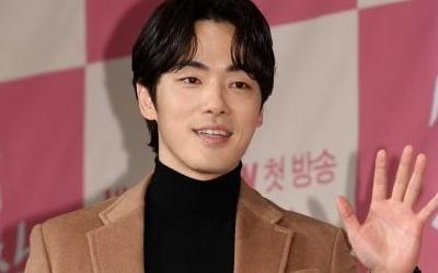 """""""서현 손 닿자 물티슈로""""…<br>김정현, 계속되는 잡음"""