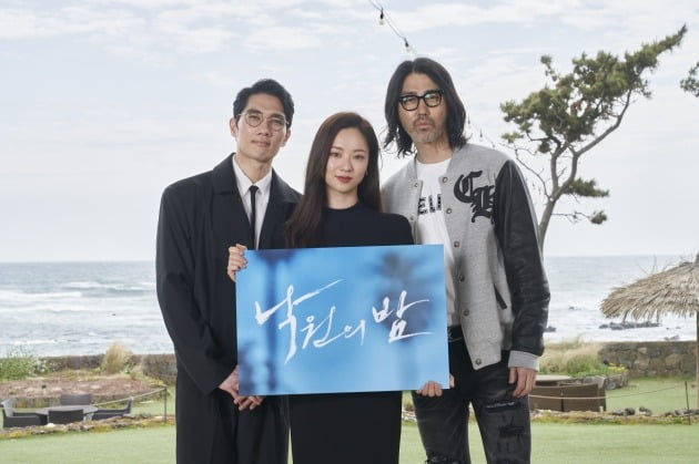배우 엄태구(왼쪽부터), 전여빈, 차승원이 2일 열린 영화 '낙원의 밤' 온라인 제작보고회에 참석했다. / 사진제공=넷플릭스