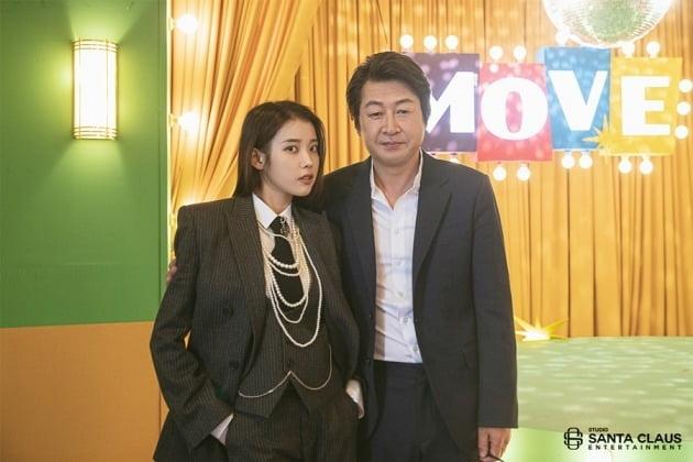 가수 아이유(왼쪽)와 배우 김윤석/ 사진=산타클로스엔터테인먼트 제공