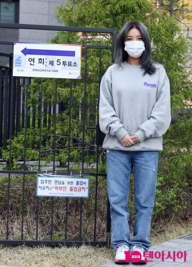 [TEN 포토] 유빈 '투표소 밝히는 미모'(재보궐선거)